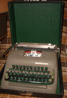 How to succeed in business Typewriter - Smith-Corona, Green Keys